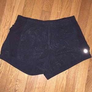 Lululemon sz 6 black reflect short w/ruffle detail